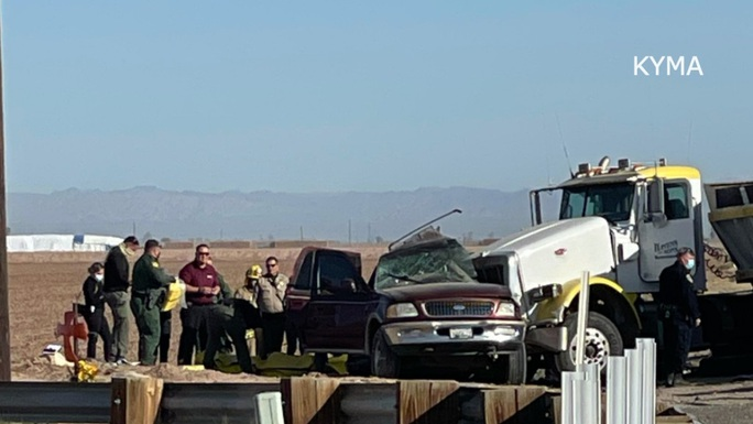 Xe nhồi nhét người va chạm xe đầu kéo ở Mỹ, ít nhất 15 người thiệt mạng - Ảnh 1.