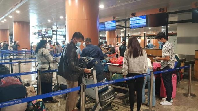 Hai chuyến bay đưa người Việt từ Myanmar về nước hạ cánh ở Đà Nẵng - Ảnh 3.