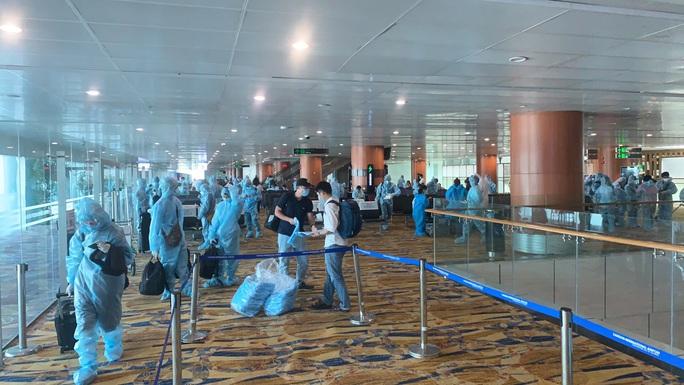 Hai chuyến bay đưa người Việt từ Myanmar về nước hạ cánh ở Đà Nẵng - Ảnh 6.