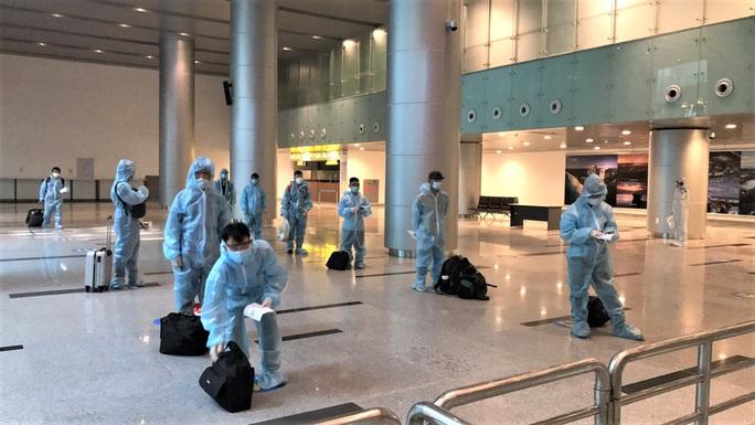 Hai chuyến bay đưa người Việt từ Myanmar về nước hạ cánh ở Đà Nẵng - Ảnh 11.