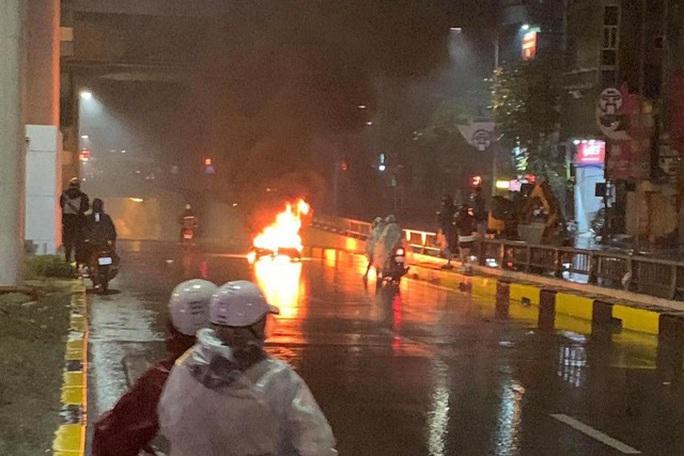 Ôtô tông xe máy bốc cháy rồi bỏ chạy, 2 người bị thương - Ảnh 1.