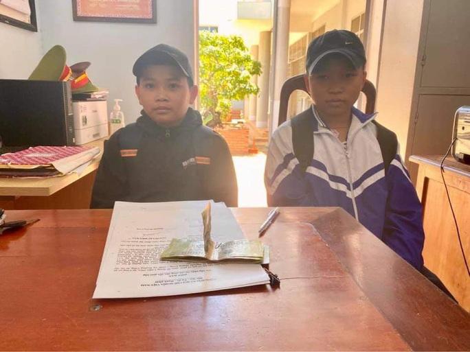 Nhặt được tiền, 2 học sinh tới công an trình báo tìm người trả lại - Ảnh 1.