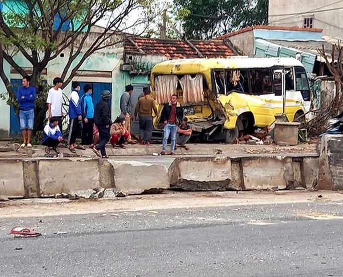 Tai nạn liên hoàn, xe khách lao thẳng vào nhà dân ở Quảng Bình - Ảnh 1.