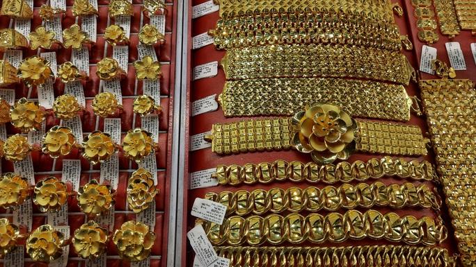 Giá vàng hôm nay 5-3: Tiếp tục chìm sâu, các quỹ đầu tư bán 12,28 tấn vàng - Ảnh 1.