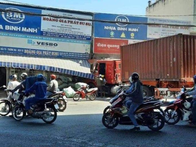 TP HCM: Xe container lao vào cửa hàng, 1 người tử vong - Ảnh 3.