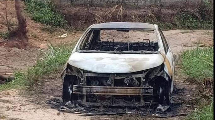 Điều tra vụ côn đồ chém 2 người trọng thương, đốt ôtô cháy rụi - Ảnh 1.