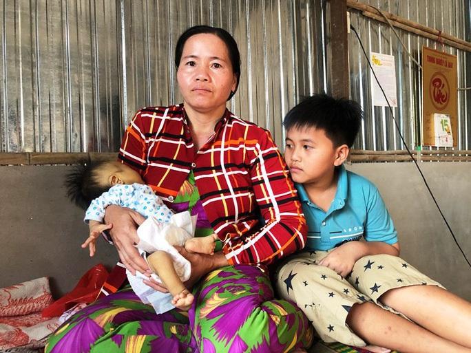 Nhói lòng nước mắt người mẹ ở Bệnh viện Nhi Đồng 1 - Ảnh 2.