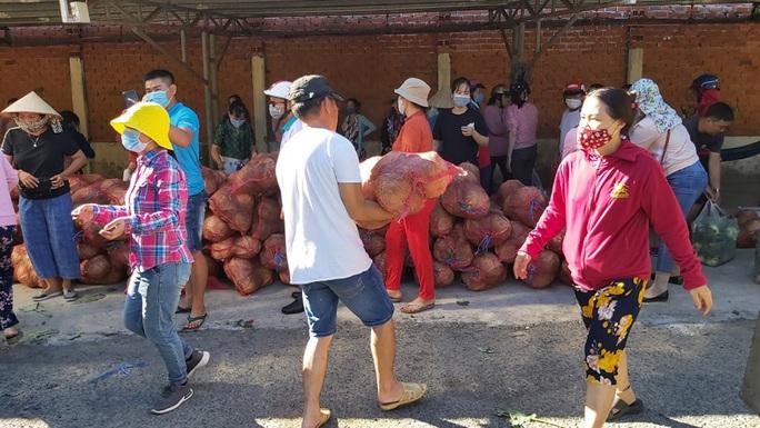 Trong 24 giờ, người dân Bà Rịa - Vũng Tàu giải cứu gần 60 tấn nông sản Hải Dương - Ảnh 4.