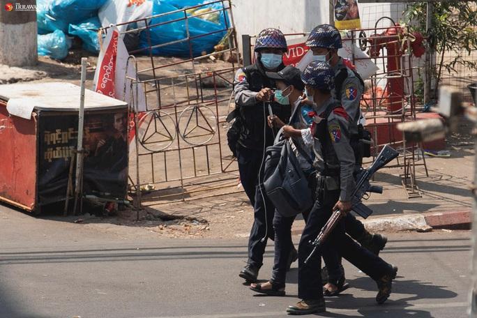 Myanmar: Hơn 600 cảnh sát biểu tình phản đối quân đội - Ảnh 2.