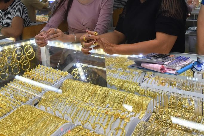Giá vàng hôm nay 6-3: Bật tăng bất thành, người mua mất tương đương 1 triệu đồng/lượng sau 5 ngày - Ảnh 1.