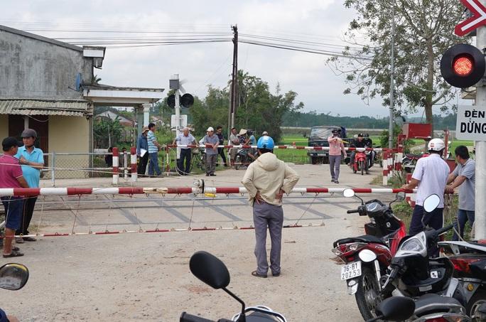 Tàu hỏa tông ôtô ở Quảng Ngãi: Công an làm việc với nhân viên gác chắn - Ảnh 3.