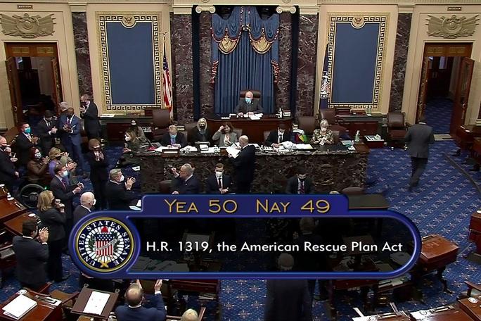 Thượng viện Mỹ họp thâu đêm, thông qua gói cứu trợ kỷ lục  - Ảnh 1.