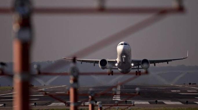 Máy bay hàng không Pháp hạ cánh khẩn cấp vì hành khách gây rối  - Ảnh 1.