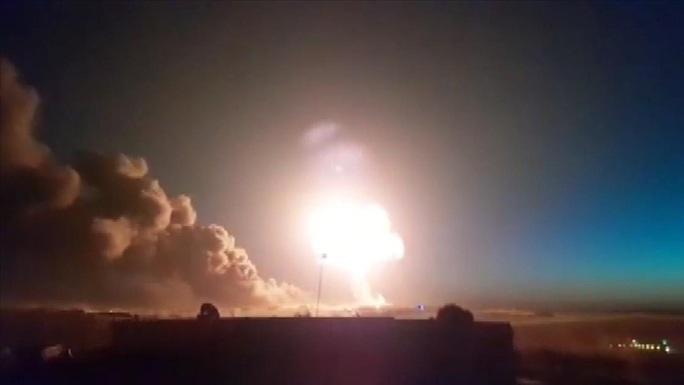 Syria: Nhiều nhà máy lọc dầu bị dội tên lửa, hàng chục người thương vong - Ảnh 1.