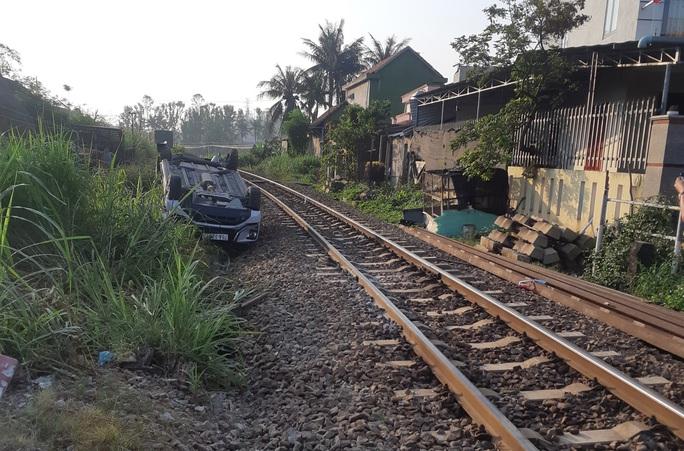 Nhân viên chậm hạ gác chắn tàu hỏa, ô tô gặp họa khiến gia đình 3 người thương vong - Ảnh 2.