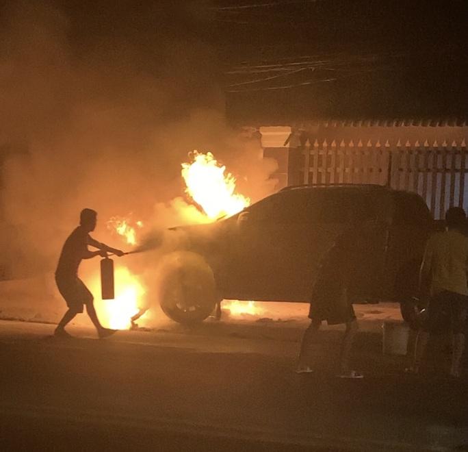Bình Dương: Điều tra nguyên nhân vụ cháy xe bán tải và xe  máy khiến một người chết - Ảnh 1.