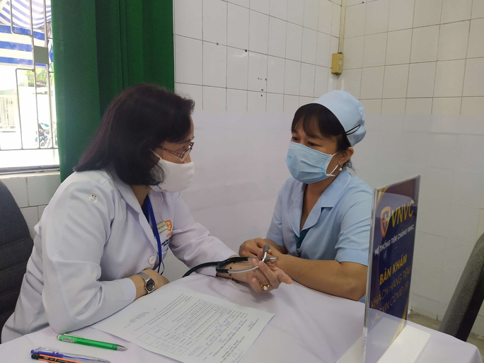 Têm vắc-xin Covid-19 ở Bệnh viện Bệnh Nhiệt đới TP HCM - Ảnh 13.