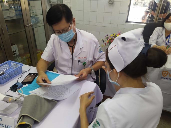 Têm vắc-xin Covid-19 ở Bệnh viện Bệnh Nhiệt đới TP HCM - Ảnh 9.