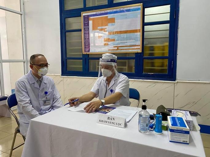 Cận cảnh tiêm vắc-xin Covid-19 ở tuyến đầu - Ảnh 32.
