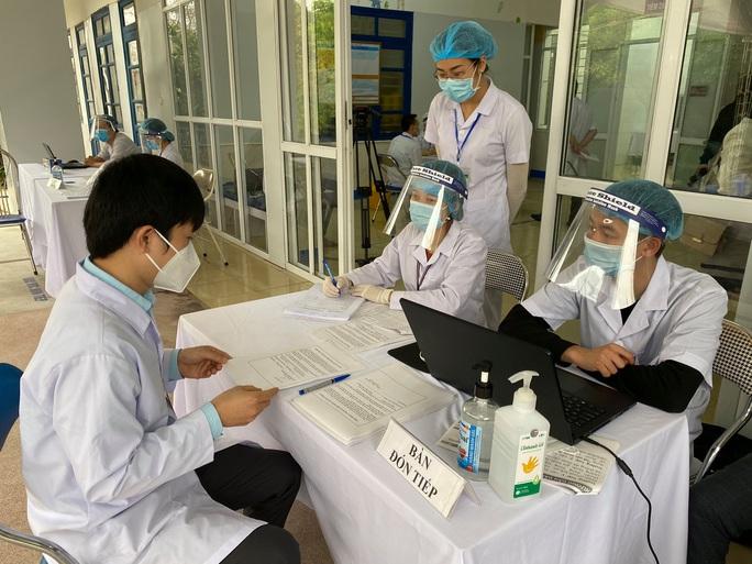 Cận cảnh tiêm vắc-xin Covid-19 ở tuyến đầu - Ảnh 31.