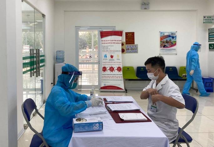 Cận cảnh tiêm vắc-xin Covid-19 ở tuyến đầu - Ảnh 14.