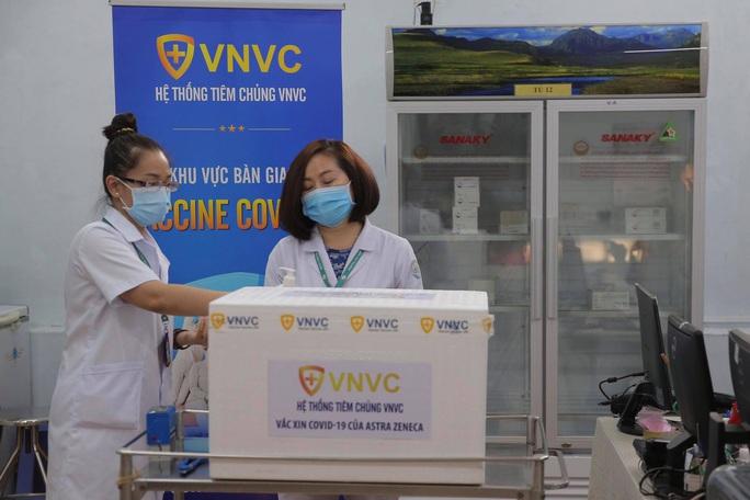 Têm vắc-xin Covid-19 ở Bệnh viện Bệnh Nhiệt đới TP HCM - Ảnh 6.