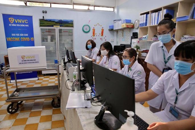 Têm vắc-xin Covid-19 ở Bệnh viện Bệnh Nhiệt đới TP HCM - Ảnh 5.