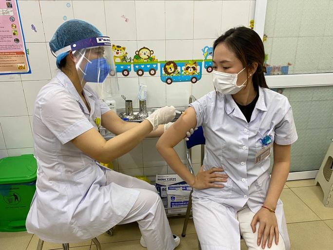 Cận cảnh tiêm vắc-xin Covid-19 ở tuyến đầu - Ảnh 38.