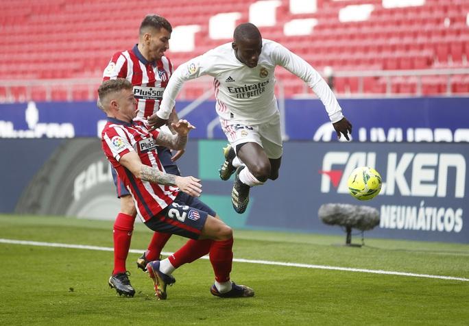 Benzema cứu Real Madrid, Atletico nợ chồng chất trận derby thủ đô - Ảnh 4.