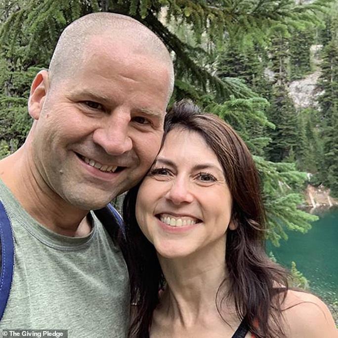 Tỉ phú Jeff Bezos mừng vợ cũ tái hôn - Ảnh 1.