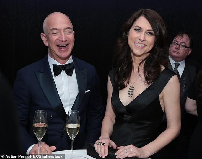 Tỉ phú Jeff Bezos mừng vợ cũ tái hôn - Ảnh 2.