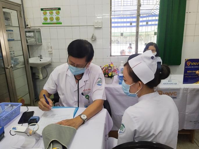 Tâm sự của các nhân viên y tế được tiêm vắc-xin Covid-19 đầu tiên - Ảnh 3.