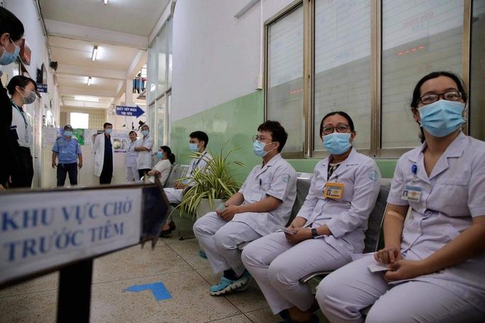 Tâm sự của các nhân viên y tế được tiêm vắc-xin Covid-19 đầu tiên - Ảnh 2.