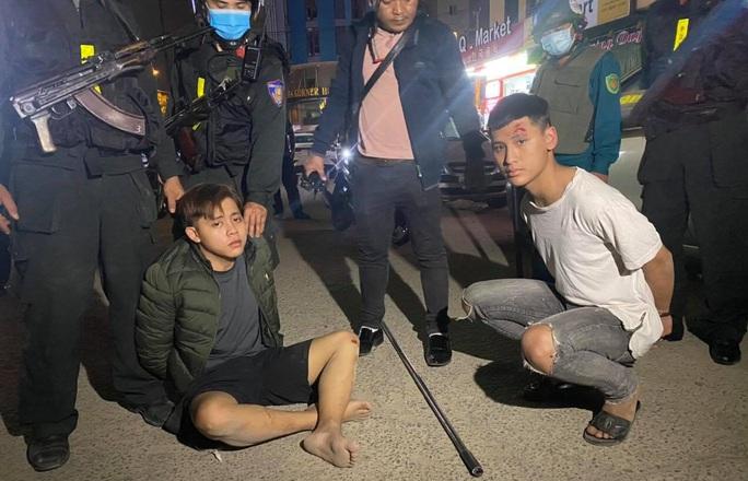 Đà Nẵng: Công an nổ súng, truy đuổi nhóm học sinh mang dao đi hỗn chiến - Ảnh 3.