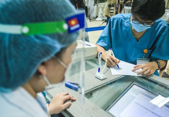 CLIP: 30 nhân viên y tế đầu tiên tại Bệnh viện Thanh Nhàn được tiêm vắc-xin Covid-19 - Ảnh 6.