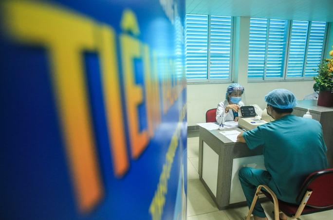 CLIP: 30 nhân viên y tế đầu tiên tại Bệnh viện Thanh Nhàn được tiêm vắc-xin Covid-19 - Ảnh 7.
