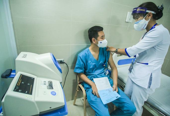 CLIP: 30 nhân viên y tế đầu tiên tại Bệnh viện Thanh Nhàn được tiêm vắc-xin Covid-19 - Ảnh 17.