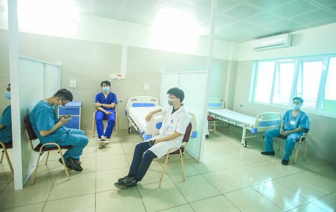 CLIP: 30 nhân viên y tế đầu tiên tại Bệnh viện Thanh Nhàn được tiêm vắc-xin Covid-19 - Ảnh 14.