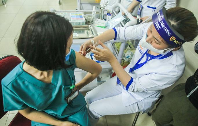 CLIP: 30 nhân viên y tế đầu tiên tại Bệnh viện Thanh Nhàn được tiêm vắc-xin Covid-19 - Ảnh 2.