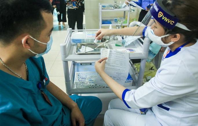 CLIP: 30 nhân viên y tế đầu tiên tại Bệnh viện Thanh Nhàn được tiêm vắc-xin Covid-19 - Ảnh 10.