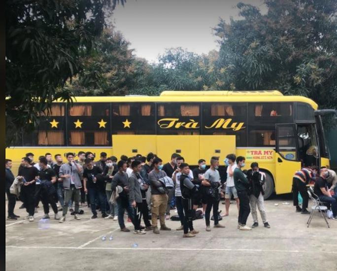 Xe khách chở 53 người Trung Quốc nghi nhập cảnh trái phép - Ảnh 1.