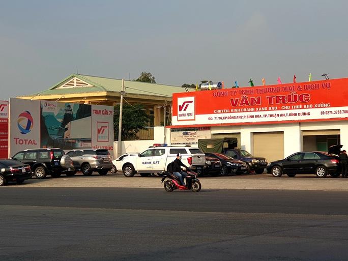 NÓNG: Cảnh sát cơ động phong tỏa cây xăng Vân Trúc ở TP Thuận An - Ảnh 2.