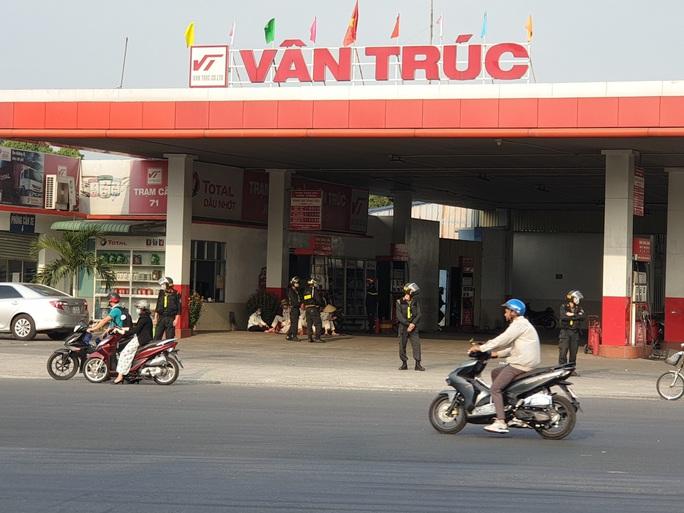 NÓNG: Cảnh sát cơ động phong tỏa cây xăng Vân Trúc ở TP Thuận An - Ảnh 1.