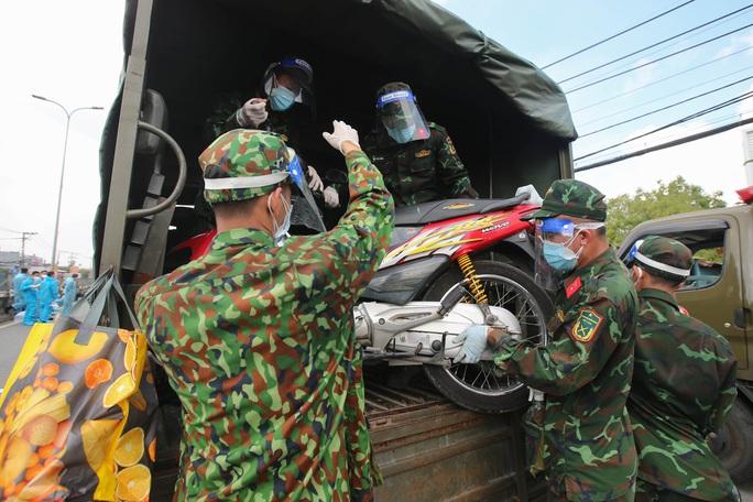Quân đội, công an tặng thực phẩm, nước uống cho người dân trước khi rời TP HCM về quê - Ảnh 11.