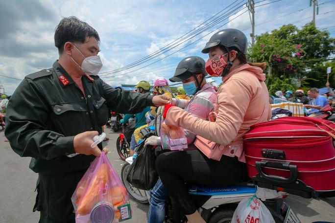 Quân đội, công an tặng thực phẩm, nước uống cho người dân trước khi rời TP HCM về quê - Ảnh 4.
