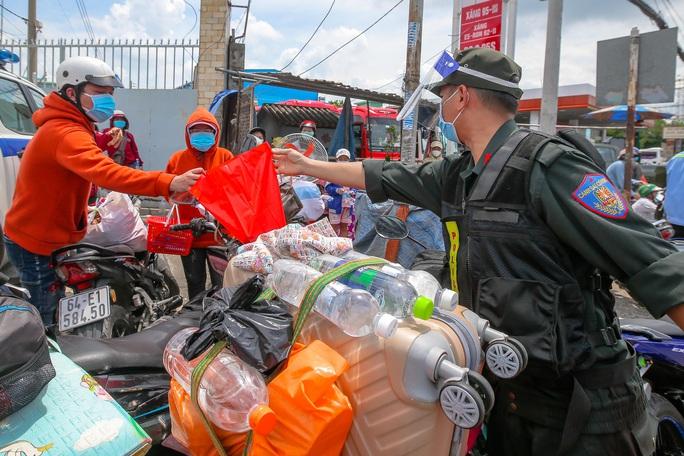 Quân đội, công an tặng thực phẩm, nước uống cho người dân trước khi rời TP HCM về quê - Ảnh 5.