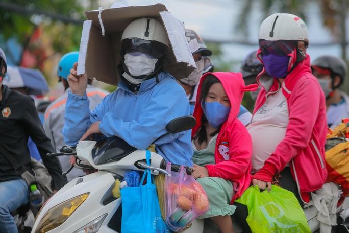 Quân đội, công an tặng thực phẩm, nước uống cho người dân trước khi rời TP HCM về quê - Ảnh 6.