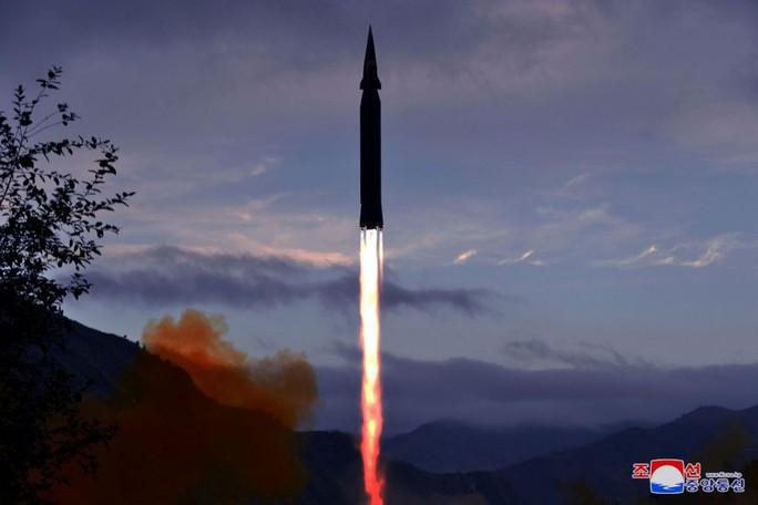 Lại phóng 1 loạt tên lửa mới, Triều Tiên toan tính gì? - Ảnh 1.