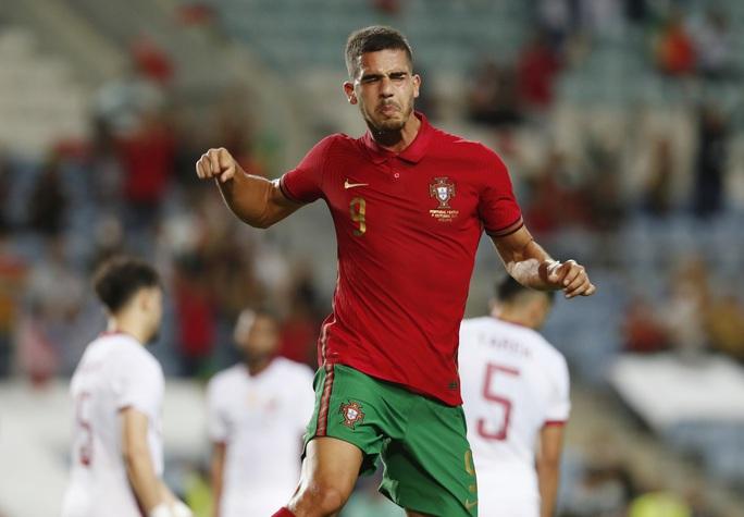 Ronaldo vượt Ramos số trận ra sân, nối dài kỷ lục bàn thắng - Ảnh 4.