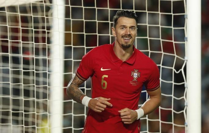 Ronaldo vượt Ramos số trận ra sân, nối dài kỷ lục bàn thắng - Ảnh 3.
